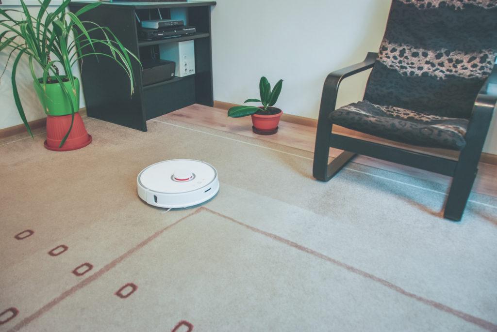 Robot jadący po dywanie i czyszczący go bez żadnego problemu wielokrotnie lepiej, niż zrobiłby to człowiek z ręcznym odkurzaczem.