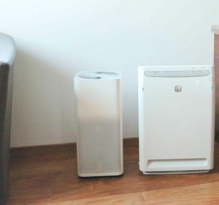 Oczysczacze powietrza Daikin MC70L kontra Xiaomi Air Purifier 2 ustawione obok siebie w kącie pomieszczenia biurowego