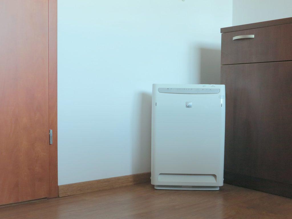 Oczyszczacz powietrza Daikin MC70L ustawiony na podłodze w pomieszczeniu biurowym