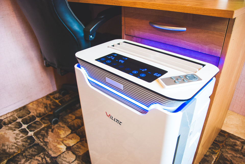 Oczyszczacz powietrza Welltec APH 420H ustawiony przy biurku