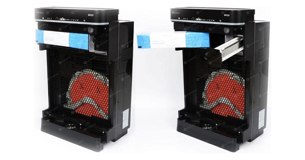 Na zdjęciu widoczne są dwa rozłożone urządzenia. Ma to głównie skupić uwagę na filtry które są schowane w specjalnej wyznaczonej do tego przegródce która jest we wnętrzu oczyszczacza. Daikin w swoich urządzeniach prezentuje niezwykłą klasę.