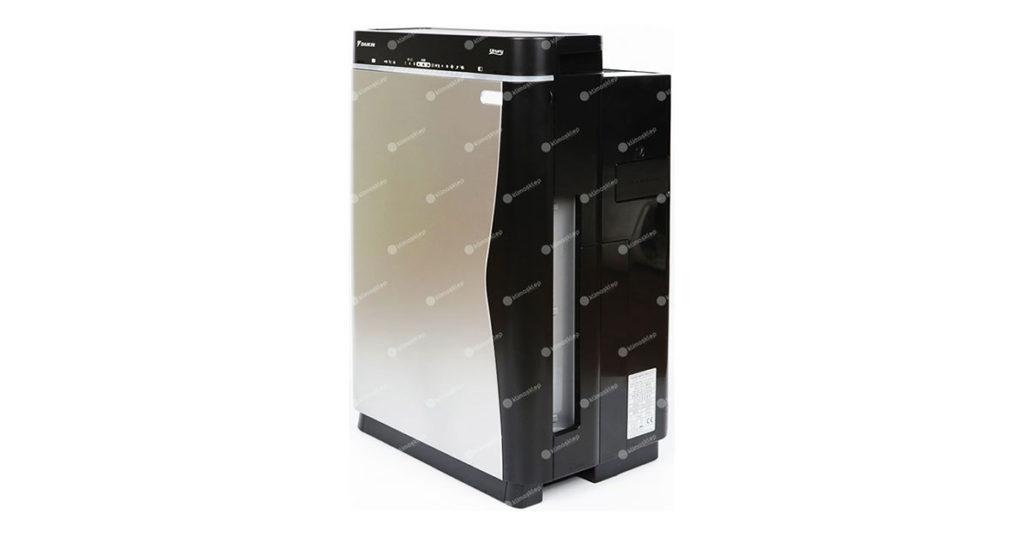 Zdjęcie prezentujące urządzenie Daikin Ururu. Oczyszczacz jest ustawiony bokiem, tak aby był widoczny zarówno bok urządzenia oraz jego przód. Urządzenie jest całe czarne z wyjątkiem przodu które jest koloru srebrnego