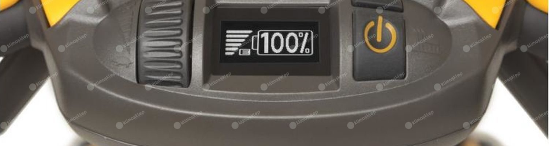 Zdjęcie przedstawia kierownicę z licznikiem oraz sporym pokrętłem oraz włącznikiem. Kierownica jest wyposażeniem jednej z kosiarki Stigi