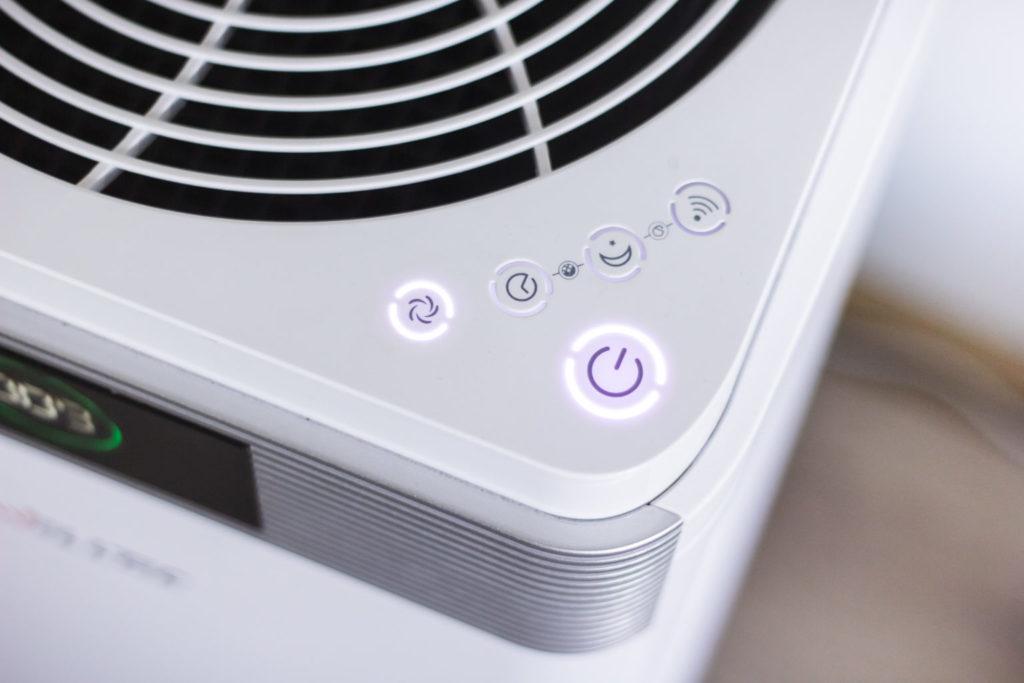 Panel sterowania oczyszczacza Welltec APH 800D składa się z zaledwie 5 przycisków, dzięki czemu prezentuje się dostojnie i z klasą