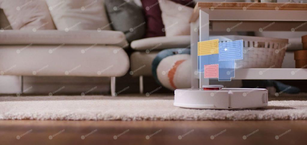 roborock s60 na dywanie, ponad nim unosi się plansza a zarówno makieta mieszkania z wybranym obszarem do sprzątania