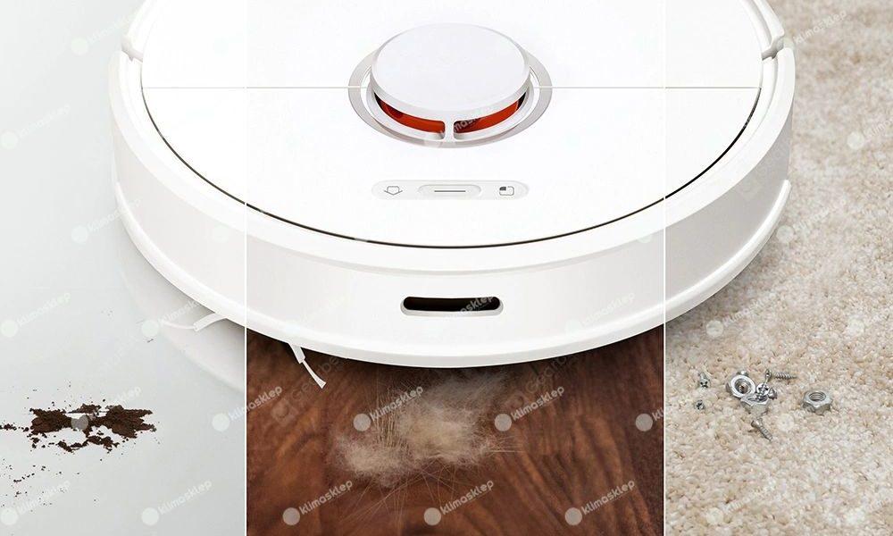 Roborock s60 w prezentacji na trzech różnych powierzchniach - panelach, płytkach i dywanie jednocześnie. Przed urządzeniem trudne wyzwanie: kawałki sierści, kawy oraz piach.