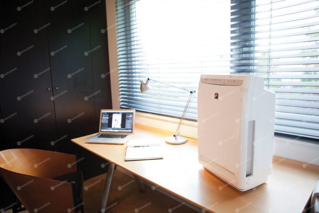Oczyszczacz Daikin MC 70 jest na tyle mały że zmieści się n większym biurku, aa więc sprawdzi się również w gabinecie