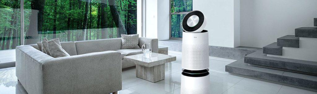 Oczyszczacz powietrza LG PuriCare AS 95 GD ostawiony na środku salonu