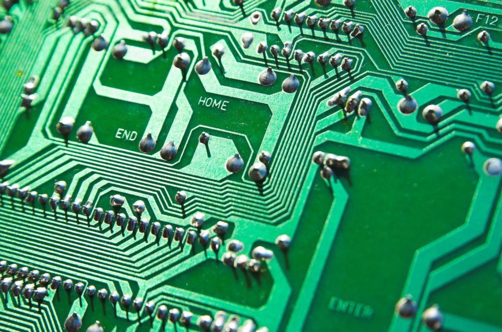 Nowoczesne oprogramowanie na płycie głównej pozwala na sprawne komunikowanie się robota z użytkownikiem