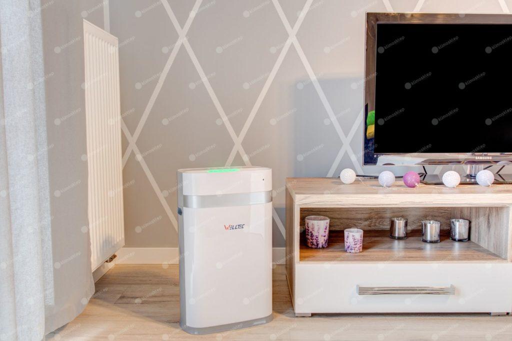 Oczyszczacz APH225 w salonie wraz z wyposażeniem pokoju