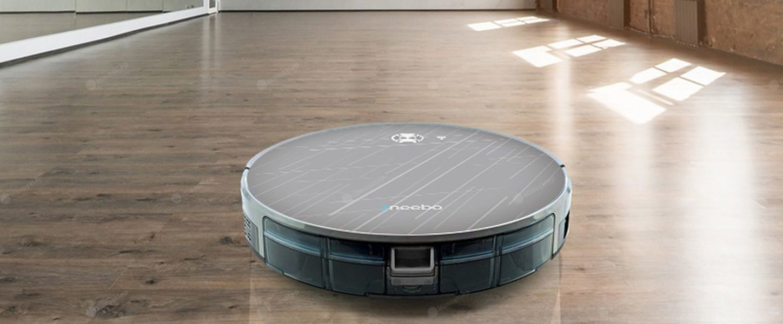 Robot sprzątający 7neebo Grey+ w trakcie pracy, podłoga za nim jest dokładnie wyczyszczona